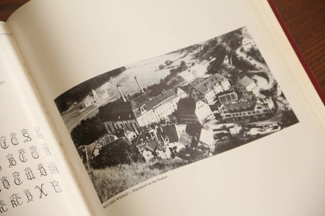 Фото Справочник по пистолету Люгер «World of Lugers», 1977 год, автограф автора