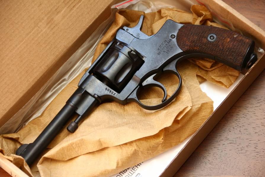 Фото Охолощенный револьвер Наган 1925 года №15454, с выступом под дверцу