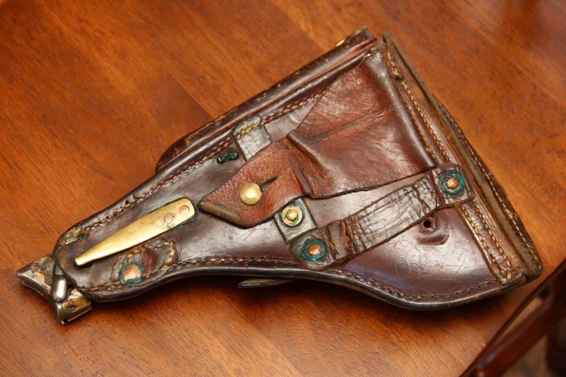 Фото Необычная кобура для пистолета Люгер Р08