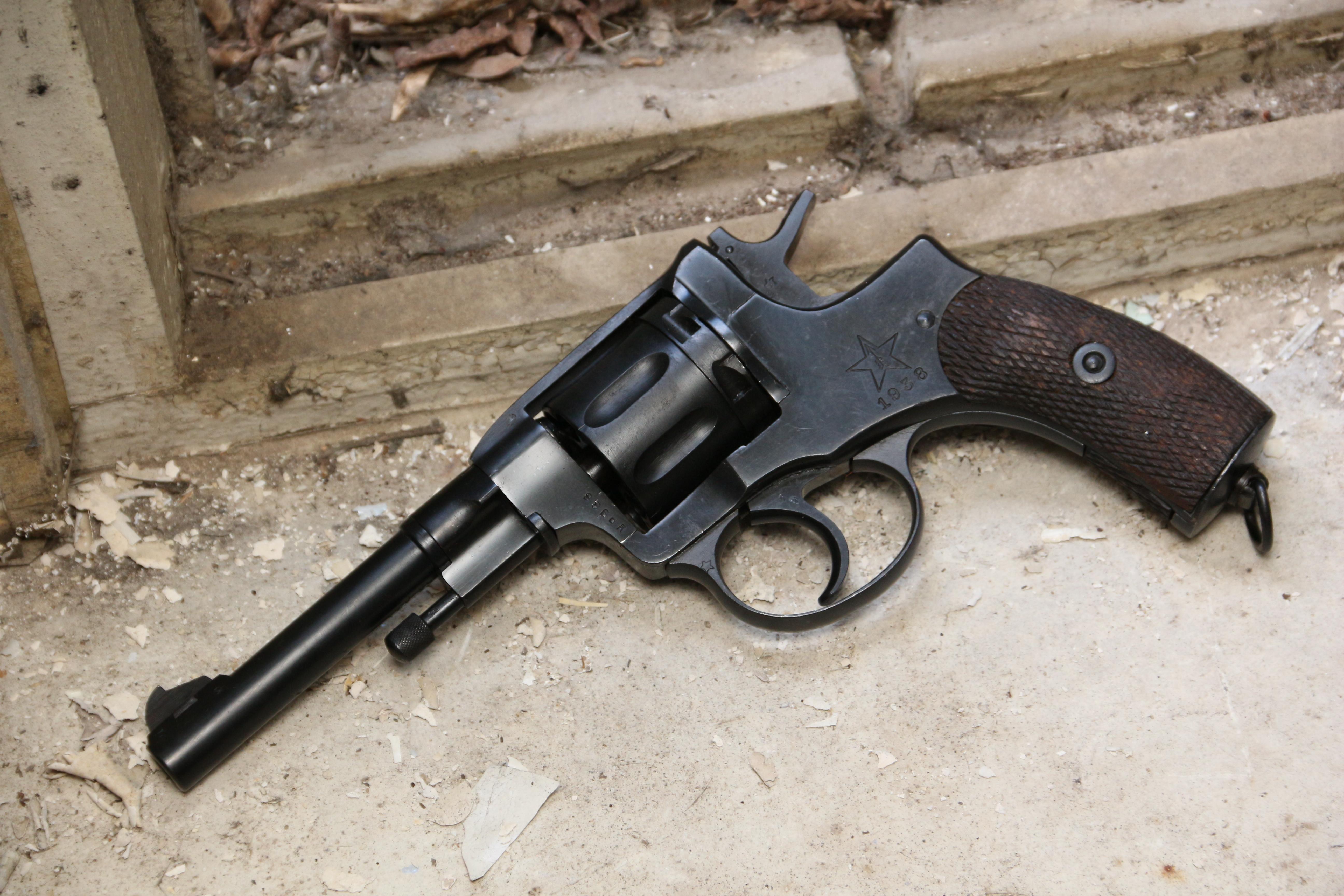 Фото Револьвер Наган 1938 года №УР986 «Уголовный Розыск»
