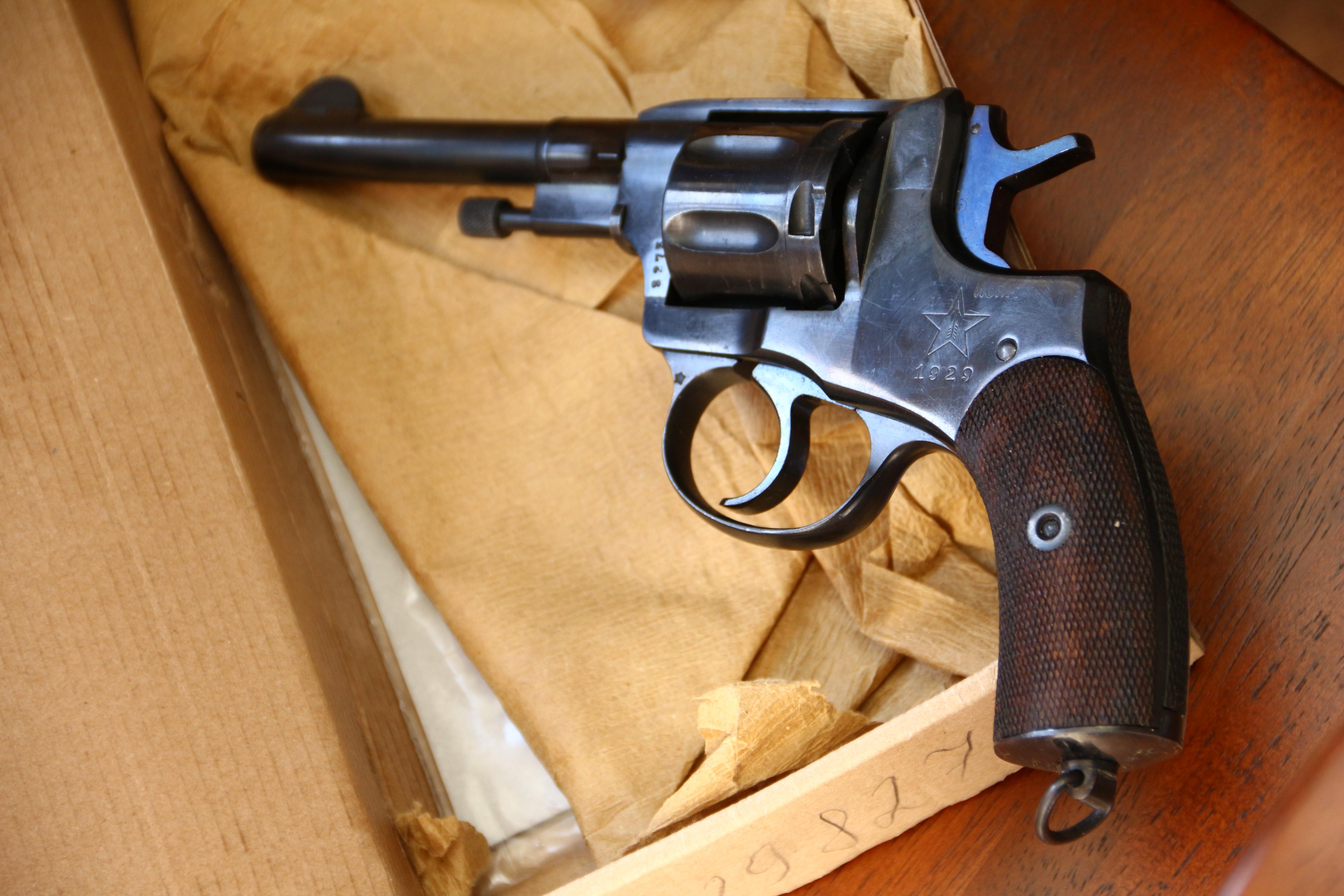 Фото Охолощенный револьвер Наган 1929 год №8273, в «родне»