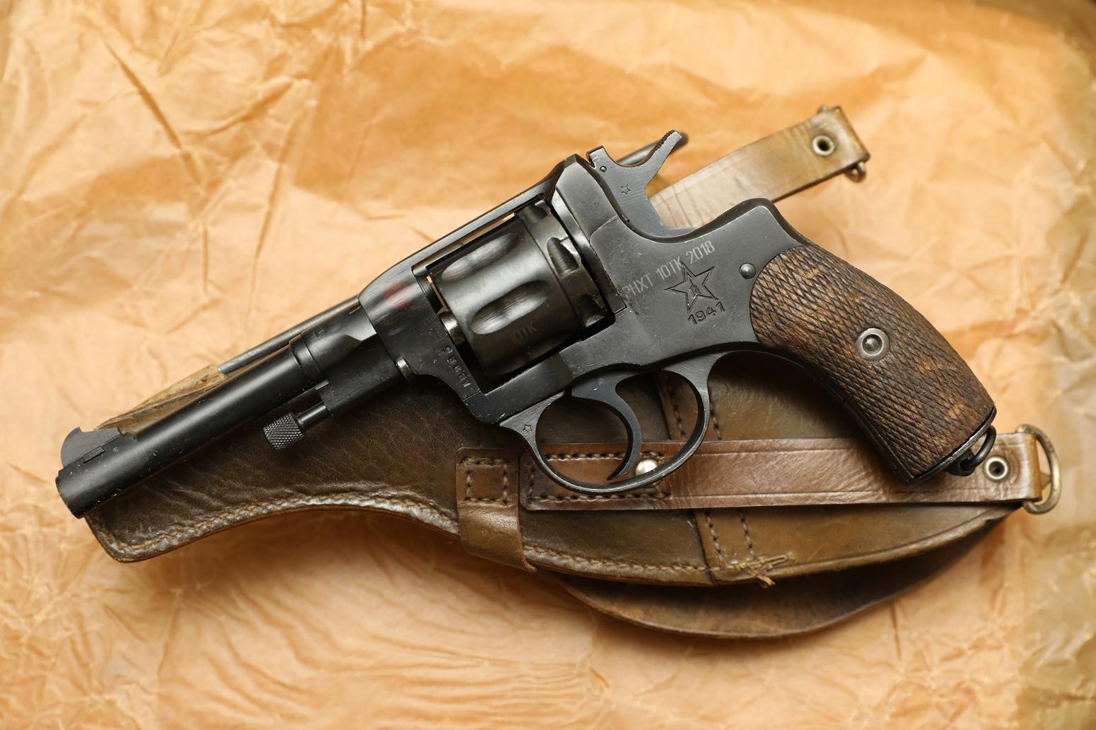Охолощенный револьвер Наган 1941 года №АВ 925, с «сердечком», кобура 1941 года